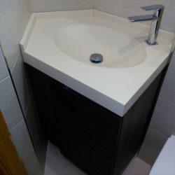 exposicion de baños con muebles modernos