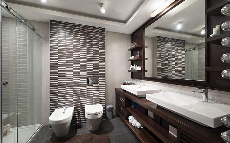 como diseñar un cuarto de baño con madera y azulejos modernos